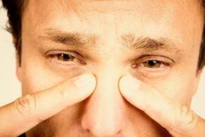 Боль между глазом и переносицей
