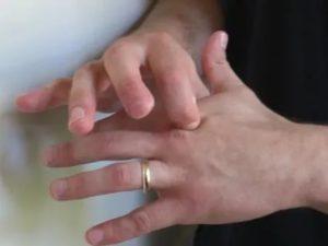 Косточка между указательным и средним пальцем на руке
