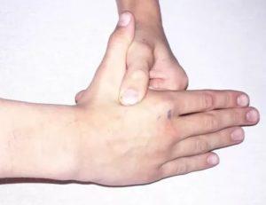 Ямка между большим и указательным пальльцем левой кисти руки