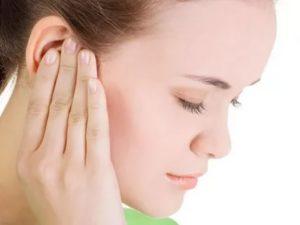 При жевании твёрдой еды закладывает правое ухо