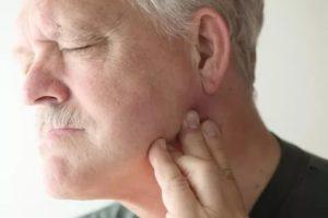 Болит ухо и шея