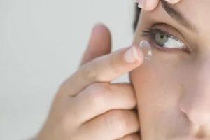 Если глаза немного болят, можно носить контактные линзы